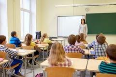 Il gruppo di scuola scherza con l'insegnante in aula Immagini Stock Libere da Diritti