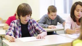 Il gruppo di scuola scherza la prova di scrittura in aula archivi video