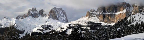 Il gruppo di Sella e di Sassolungo con neve nelle dolomia italiane come visto da Passo Sella Immagine Stock