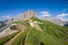 Il gruppo di Sella vicino al Passo Sella in Val Gardena e Sass Pordoi con i prati e le dolomia di fioritura delle tracce di escur Fotografie Stock