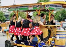 Il gruppo di signore fa festa su una bicicletta della birra costruita per 8 immagine stock libera da diritti