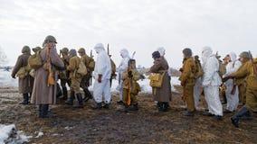 Il gruppo di Soviet russo ha armato i soldati, reenactors durante il festival militare-storico fotografie stock libere da diritti