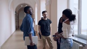 Il gruppo di studenti che comunicano durante irrompe l'università archivi video