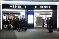 Il gruppo di studenti giapponese del bambino che cammina nell'aeroporto va gate per la e Fotografie Stock Libere da Diritti