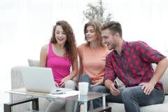 Il gruppo di studenti guarda il video sul computer portatile Fotografie Stock
