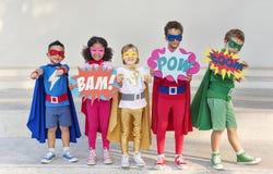 Il gruppo di supereroi allegri scherza insieme Fotografia Stock