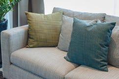 Il gruppo di tessuto appoggia sul sofà del tessuto in salone Fotografia Stock Libera da Diritti
