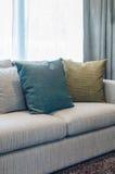 Il gruppo di tessuto appoggia sul sofà del tessuto in salone Immagine Stock Libera da Diritti