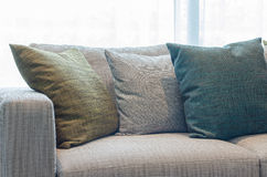 Il gruppo di tessuto appoggia sul sofà del tessuto in salone Immagini Stock Libere da Diritti
