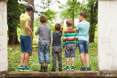 Il gruppo di tipi in una fila indietro osserva Fotografia Stock Libera da Diritti
