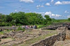 Il gruppo di turisti visita lo scavo della città del greco antico Museo archeologico Tanais, Russia 13 giugno 2016 Fotografia Stock