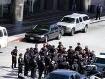 Il gruppo di ufficiali di polizia si raccoglie per discutere le tattiche Fotografie Stock