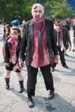 Il gruppo di zombie sanguinosi vacilla avanti al movimento strisciante di pub di Atlanta Fotografie Stock Libere da Diritti