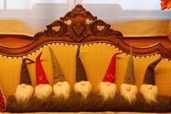 Il gruppo gnomi svegli morbidi di natale degli elfi A del giocattolo di Natale di piccoli si siede su uno strato Vista frontale d Fotografie Stock
