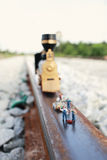 Il gruppo (miniature) fa la manutenzione del treno d'annata Immagine Stock