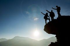 Il gruppo raggiunge la sommità della montagna Fotografie Stock Libere da Diritti
