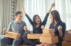 Il gruppo sta celebrando il successo per il loro affare online Immagine Stock