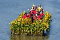 Il gruppo variopinto di giovani su una bella barca ha decorato lo spirito immagini stock