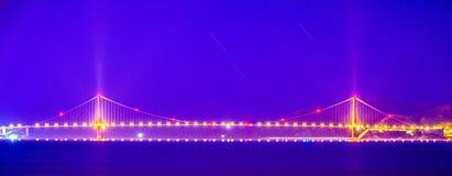 Il GTE dorato getta un ponte su a San Francisco alla notte Fotografia Stock Libera da Diritti