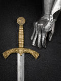 Il guanto del ferro di un cavaliere e di una spada Immagini Stock Libere da Diritti