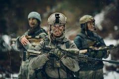 Il guardia forestale sta con le armi e guarda in avanti Fotografie Stock Libere da Diritti