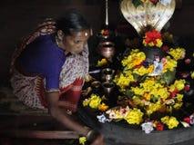 Il guardiano del tempio tende l'altare Fotografia Stock