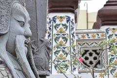 Il guerriero di pietra scolpito custodice il Temple of Dawn immagine stock libera da diritti