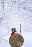 Il guerriero spartano sta in foresta nevosa Immagine Stock Libera da Diritti
