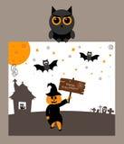 Il gufo sta tenendo la cartolina Zucca, pipistrello, luna ed iscrizione Halloween felice Progettazione piana moderna Fotografia Stock Libera da Diritti