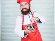 Il haute cuisine ha caratterizzato la preparazione meticolosa ed il pasto attento della presentazione Il cappello dell'uomo ed il immagine stock libera da diritti