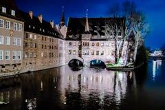 Il Heilig-Geist-Spital alla notte a Norimberga, Germania Immagini Stock