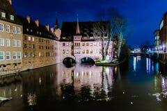 Il Heilig-Geist-Spital alla notte a Norimberga, Germania Fotografie Stock