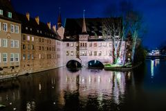 Il Heilig-Geist-Spital alla notte a Norimberga, Germania Fotografia Stock Libera da Diritti