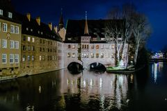 Il Heilig-Geist-Spital alla notte a Norimberga, Germania Fotografia Stock