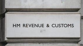 Il HM Revenue e le abitudini firmano su una costruzione in Whitehall, Londra, Inghilterra, Regno Unito Immagini Stock Libere da Diritti