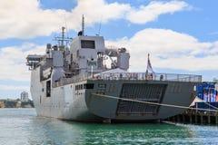 Il HMNZS una nave da guerra della marina di Canterbury, Nuova Zelanda Vista severa immagine stock