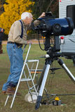 Il hobbyist senior di astronomia allinea il telescopio Fotografia Stock