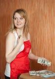 Il Housemaid ruba i soldi dalla tabella Immagini Stock