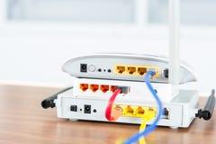 Il hub senza fili della rete del router del modem con cavo si collega Fotografie Stock