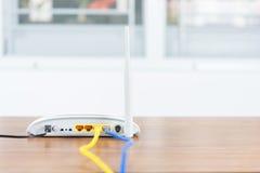 Il hub senza fili della rete del router del modem con cavo si collega Immagine Stock