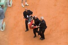 Il Infringer ha funzionato dentro sulla corte con la bandierina ad op francese Fotografie Stock Libere da Diritti