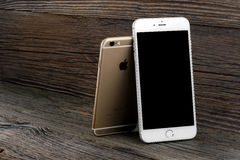 Il iPhone 6 di differenza di dimensione e iPhone 6 più Immagine Stock