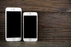 Il iPhone 6 di differenza di dimensione e iPhone 6 più Fotografia Stock