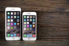 Il iPhone 6 di differenza di dimensione e iPhone 6 più Immagini Stock