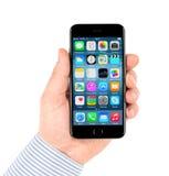 Il iPhone nero 6 di Apple che visualizza homescreen Immagini Stock Libere da Diritti