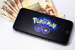 Il iPhone 6s di Apple con Pokemon va fondo sullo schermo Fotografie Stock Libere da Diritti