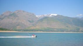 Il jet ski sta galleggiando nel lago della montagna video d archivio