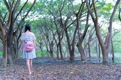 Il jeune femme seule se tient seul regardant l'extrémité de la route Image libre de droits