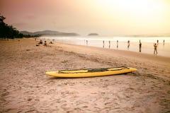 Il kajak alla spiaggia, luce calda fotografie stock libere da diritti