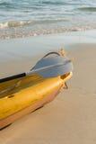 Il kajak giallo emty sulla spiaggia immagine stock